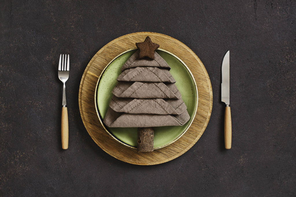 Christmas place setting, christmas decor, christmas dinnerware ideas