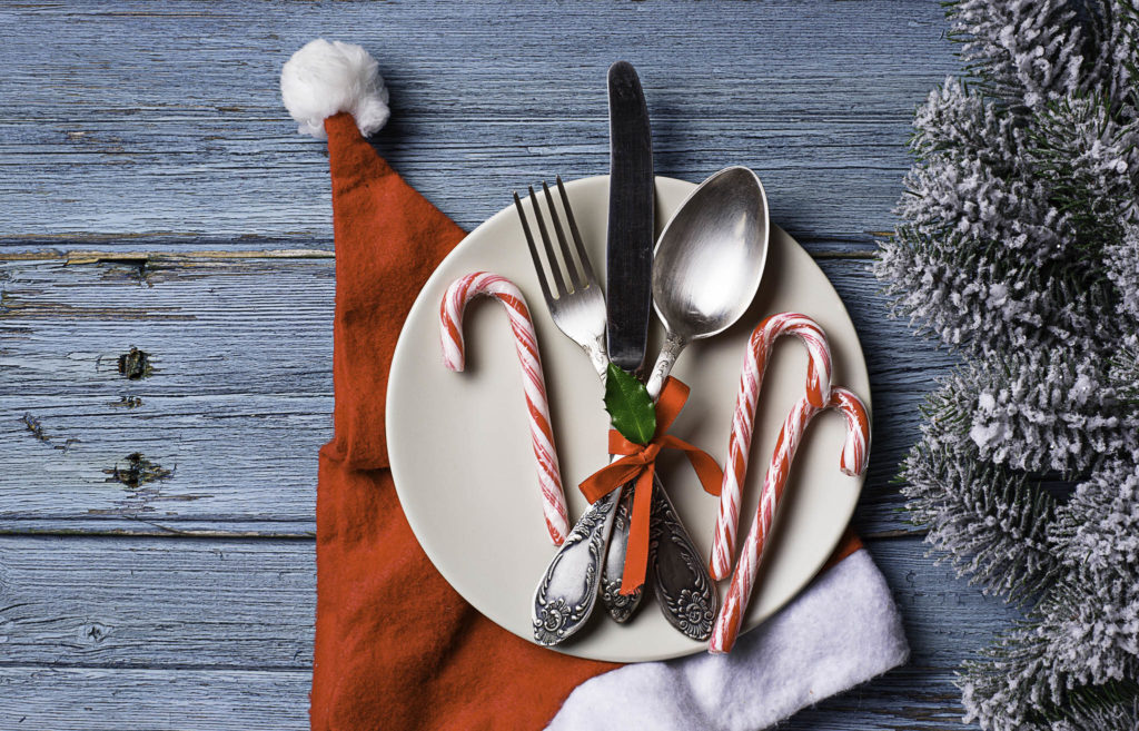 christmas decor ideas, plaid christmas, christmas place setting ideas, how to use everyday dinnerware for christmas
