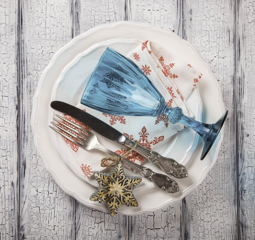 christmas decor ideas, plaid christmas, christmas place setting ideas, how to use everyday dinnerware for christmas